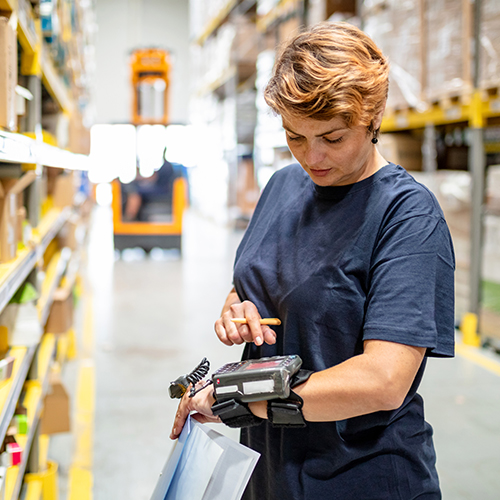 Warehouse employee efficiently using an electronic device